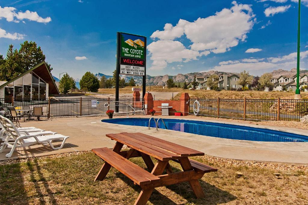 The swimming pool at or near Coyote Mountain Lodge