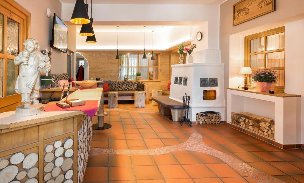 A kitchen or kitchenette at Der Tröpolacherhof Hotel & Restaurant