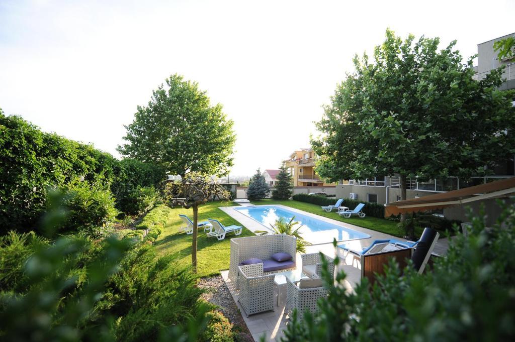 O vedere a piscinei de la sau din apropiere de Bruxelles Guesthouse Craiova