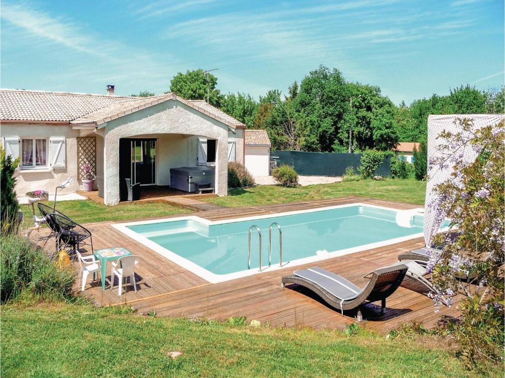 Piscine de l'établissement Four-Bedroom Holiday Home in Villeneuve Sur Lot ou située à proximité