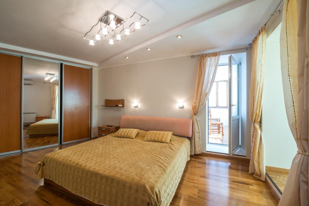 A bed or beds in a room at Бутлерова 29