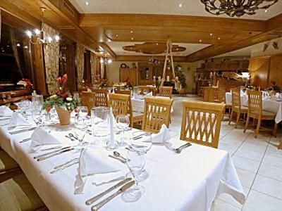 Ein Restaurant oder anderes Speiselokal in der Unterkunft Hotel Schlossgarten