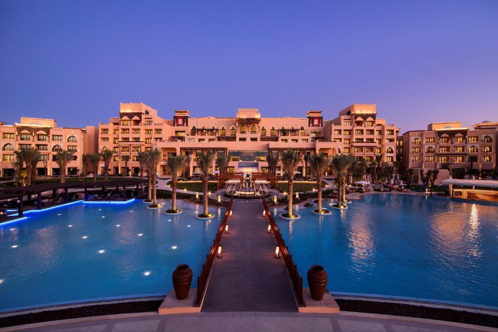 Poolen vid eller i närheten av Saadiyat Rotana Resort and Villas