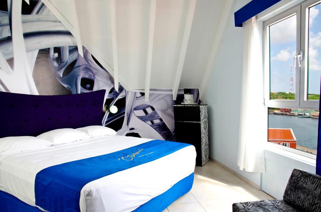 Een bed of bedden in een kamer bij Otrobanda Hotel