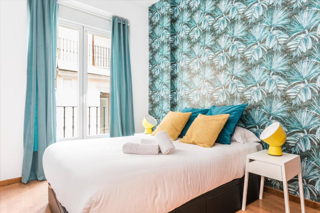 A bed or beds in a room at BNBHolder Plaza de Luna MALASAÑA