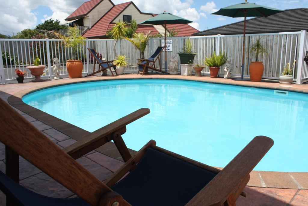 The swimming pool at or near Avenue Heights Motel