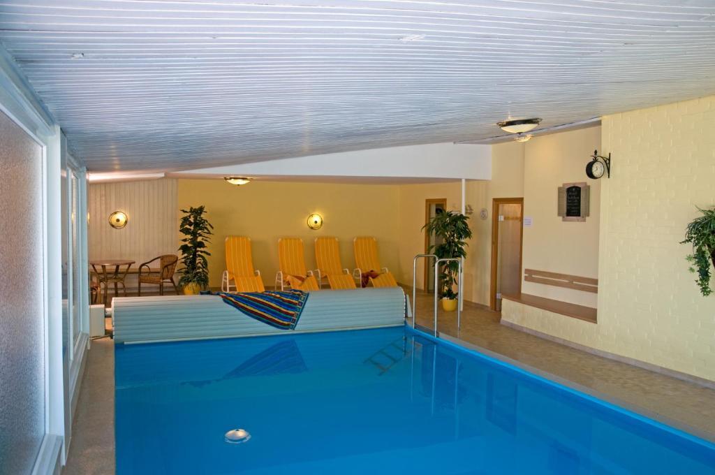 Der Swimmingpool an oder in der Nähe von Café und Pension Höpen Idyll