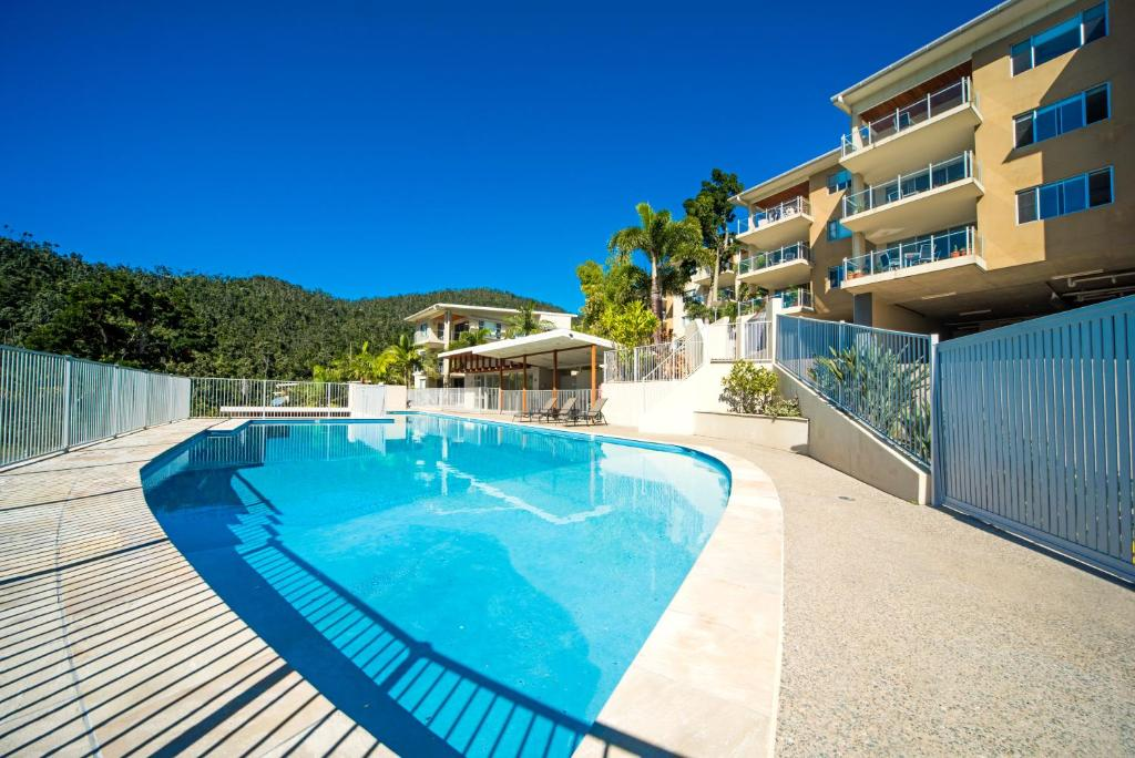 The swimming pool at or near Airlie Summit Apartments