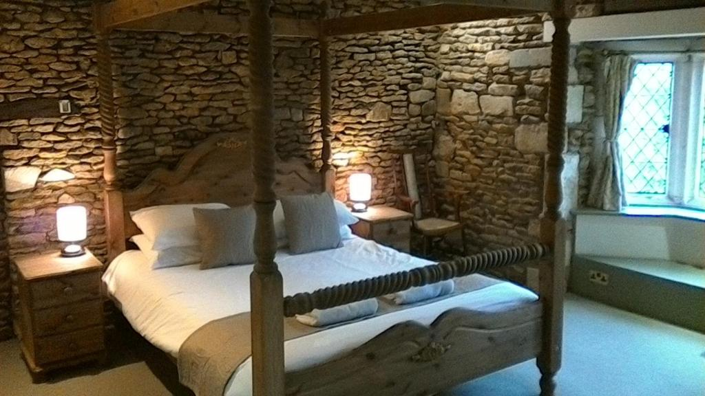 A bed or beds in a room at Swan Inn Lechlade