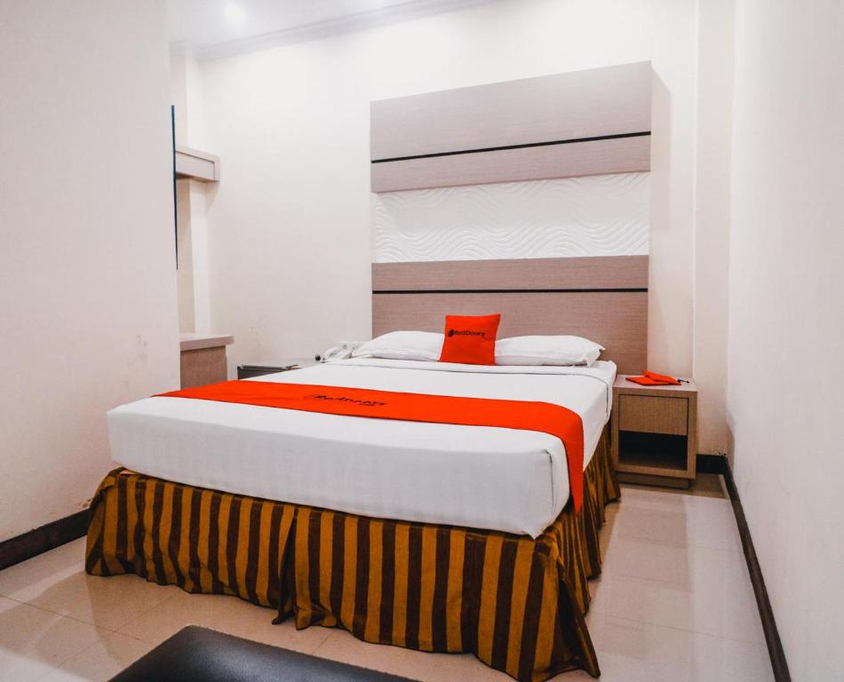A bed or beds in a room at Reddoorz Plus near Makassar Town Square