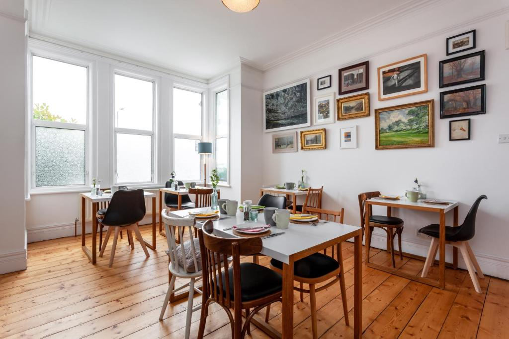 A restaurant or other place to eat at Bridge House Bath