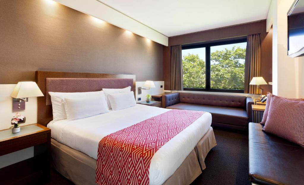 A bed or beds in a room at Royal Ramblas