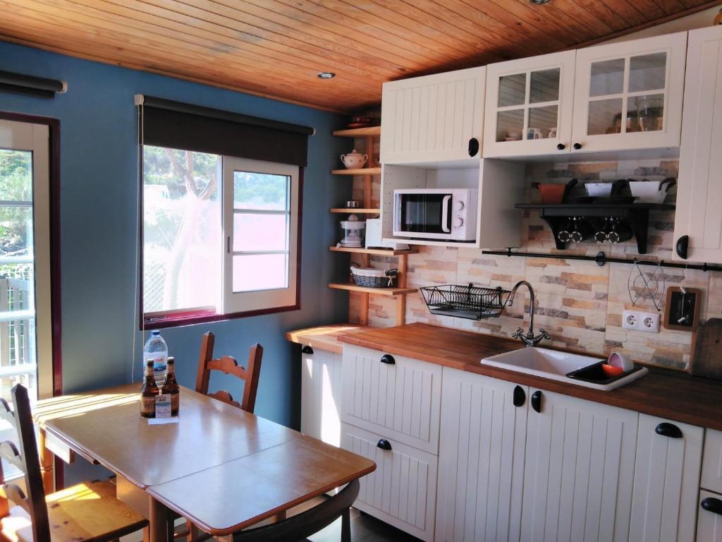 A kitchen or kitchenette at A Casinha da Baia