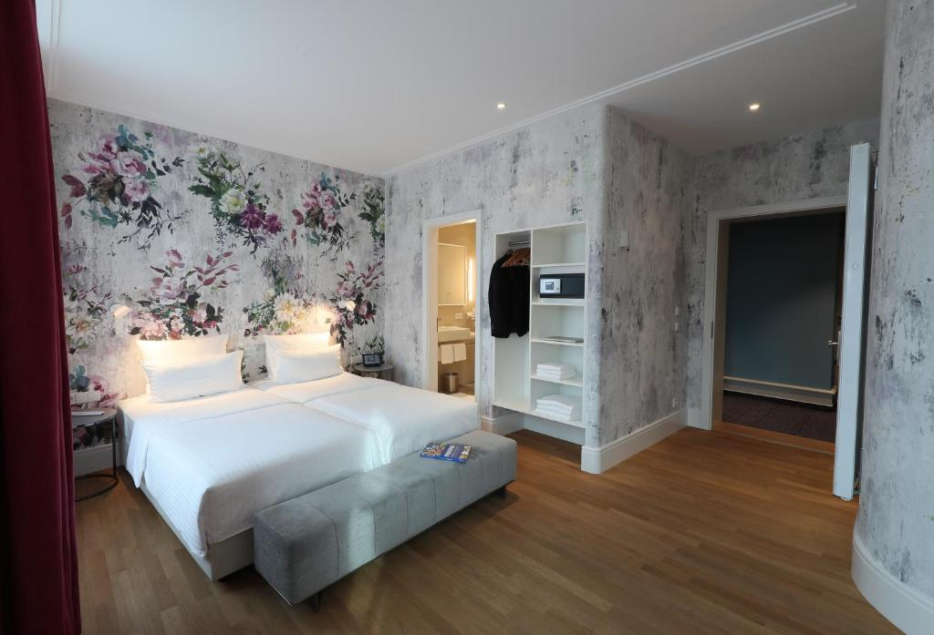 A bed or beds in a room at Design Hotel Stadt Rosenheim