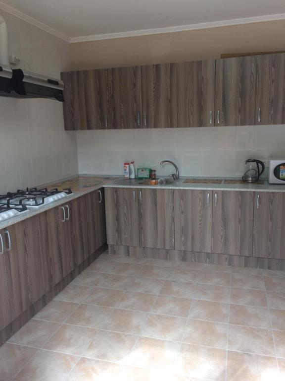 A kitchen or kitchenette at Guest House Bee