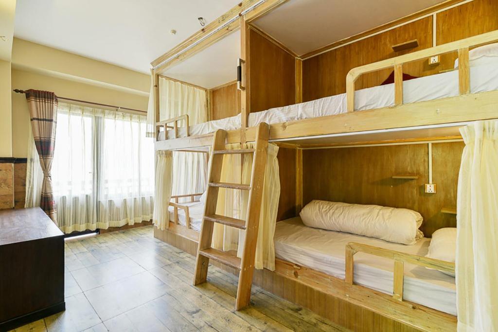 Een stapelbed of stapelbedden in een kamer bij Hotel Forest Lake Backpackers' Hostel