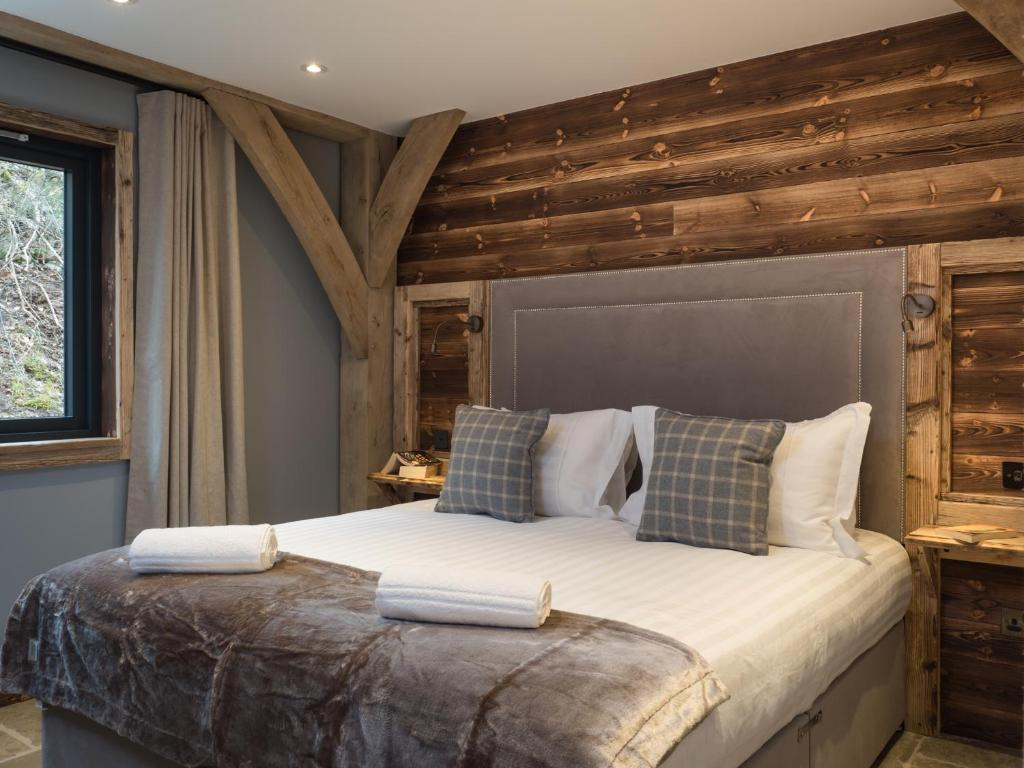 A bed or beds in a room at Cairngorm Lodge