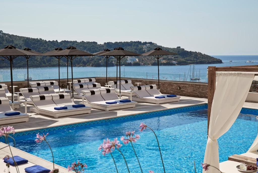 Ein Blick auf den Pool von der Unterkunft Skiathos Luxury Living oder aus der Nähe