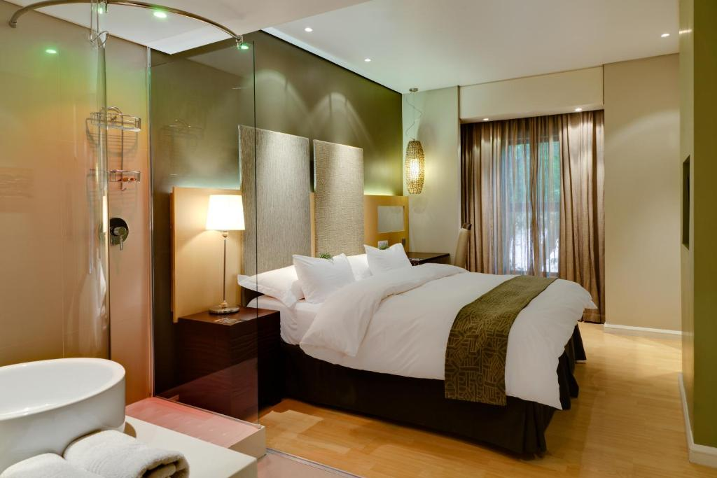 A bed or beds in a room at Protea Hotel by Marriott Bloemfontein Willow Lake