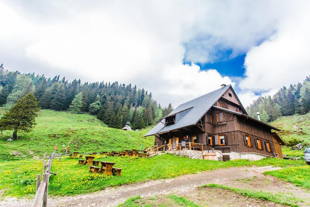 Zgradba, v kateri se nahaja lovska koča