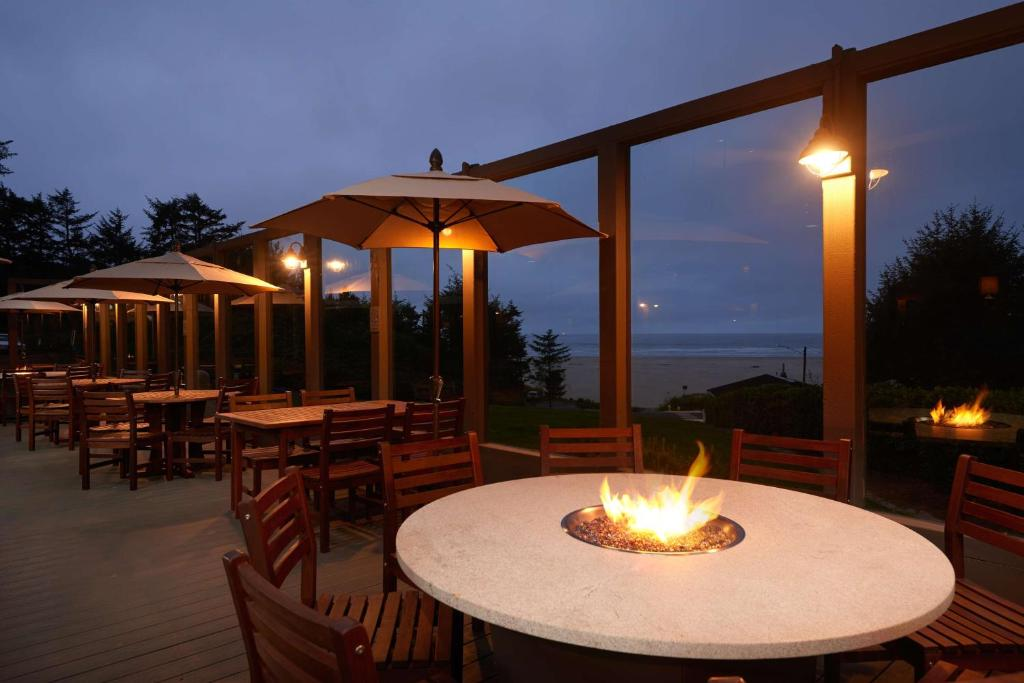 A restaurant or other place to eat at Best Western Plus Agate Beach Inn