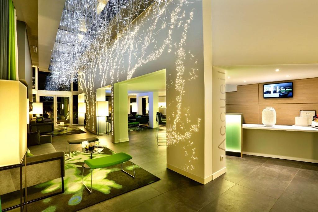 Majoituspaikan Best Western Plus Hotel Du Parc Chantilly aula tai vastaanotto