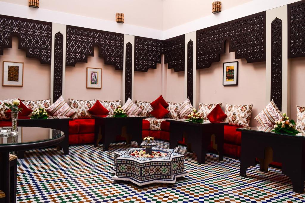 A restaurant or other place to eat at Riad Zaki