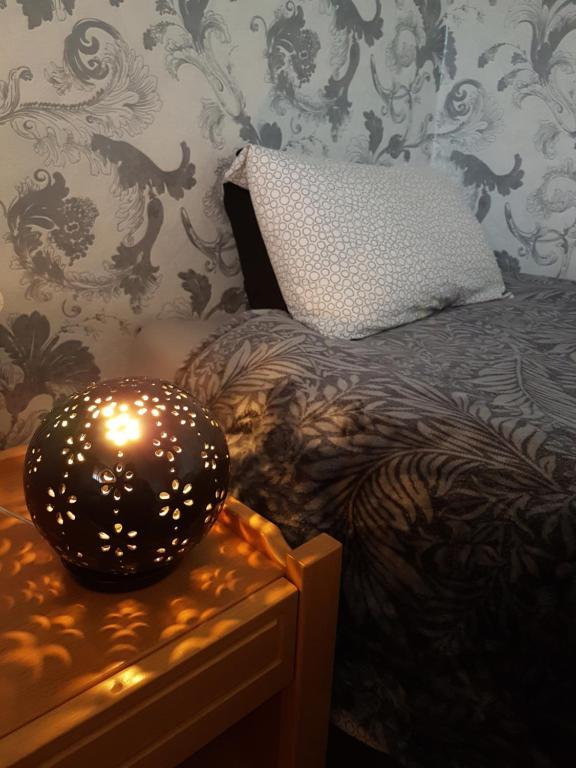 Łóżko lub łóżka w pokoju w obiekcie Akranes Rooms