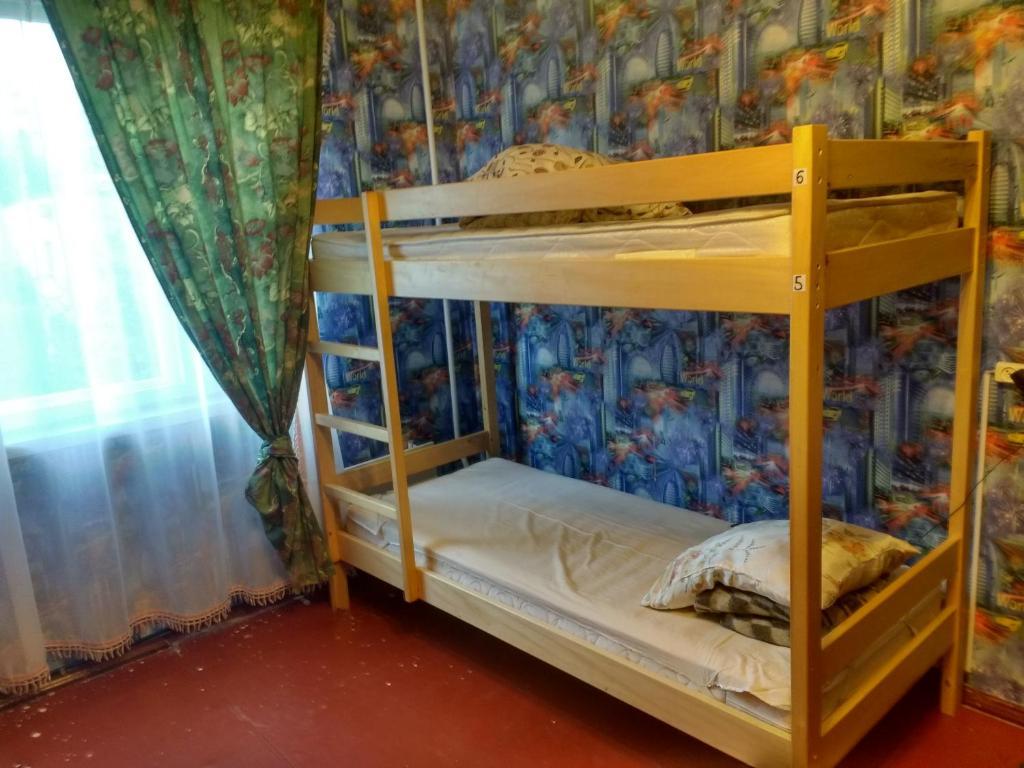 Двухъярусная кровать или двухъярусные кровати в номере YourHostel Khar'kovskii