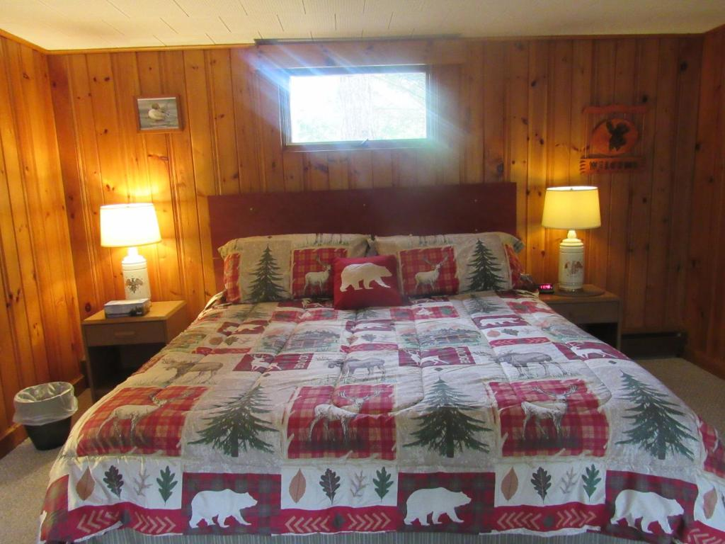 A bed or beds in a room at Birch View Motor Lodge