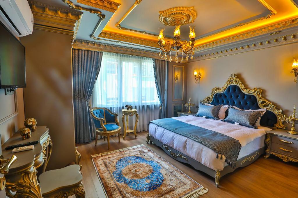 سرير أو أسرّة في غرفة في أجنحة ريل كينغ سويت الفندقية