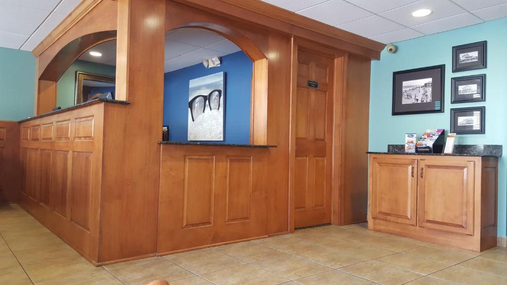 The lobby or reception area at Atlantis Inn