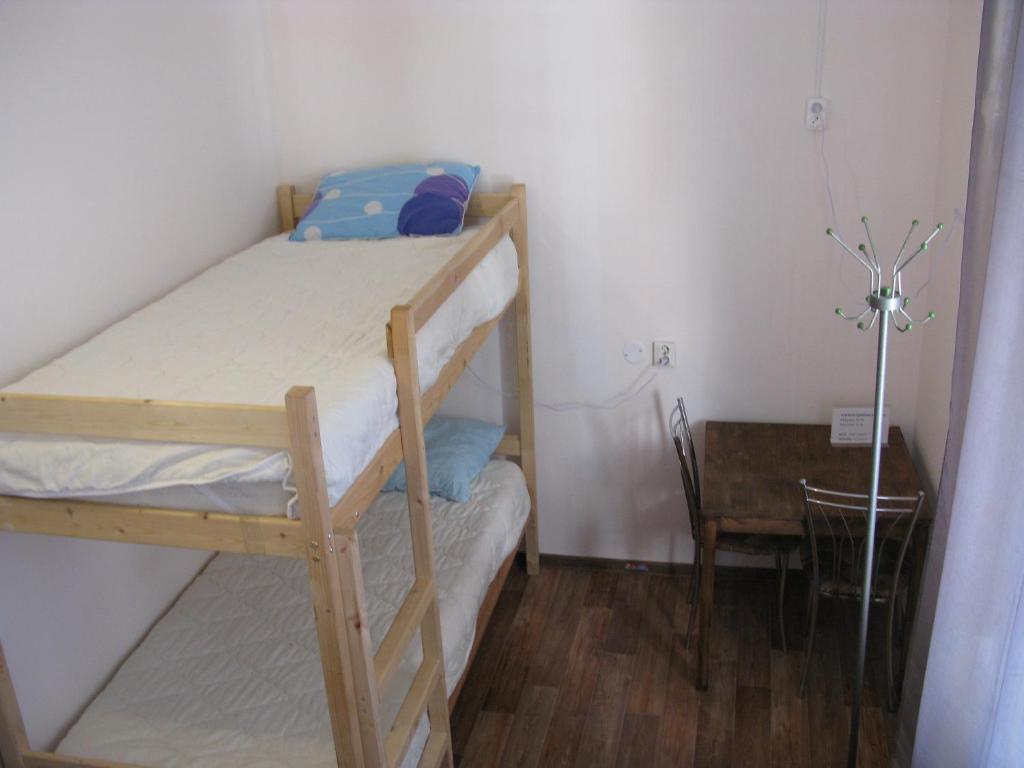 Двухъярусная кровать или двухъярусные кровати в номере Разлив - Залив Хостел & Отель