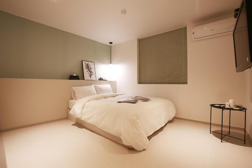 A bed or beds in a room at Hotel Yam