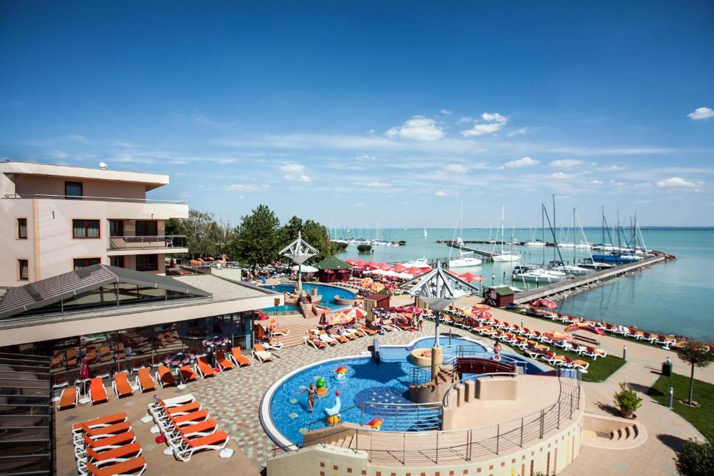Вид на бассейн в Flamingó Wellness Hotel или окрестностях