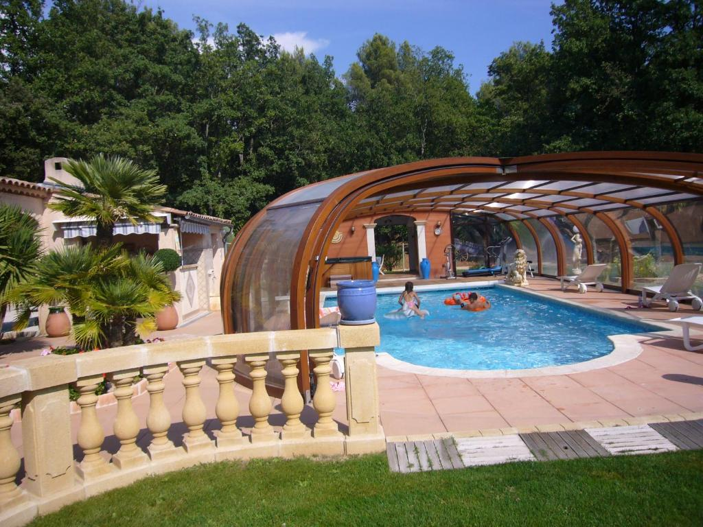 The swimming pool at or close to Villa Pomponette