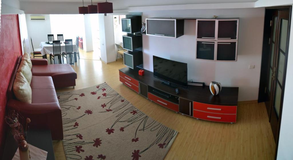 A television and/or entertainment center at Apartament Faleza Nord 2