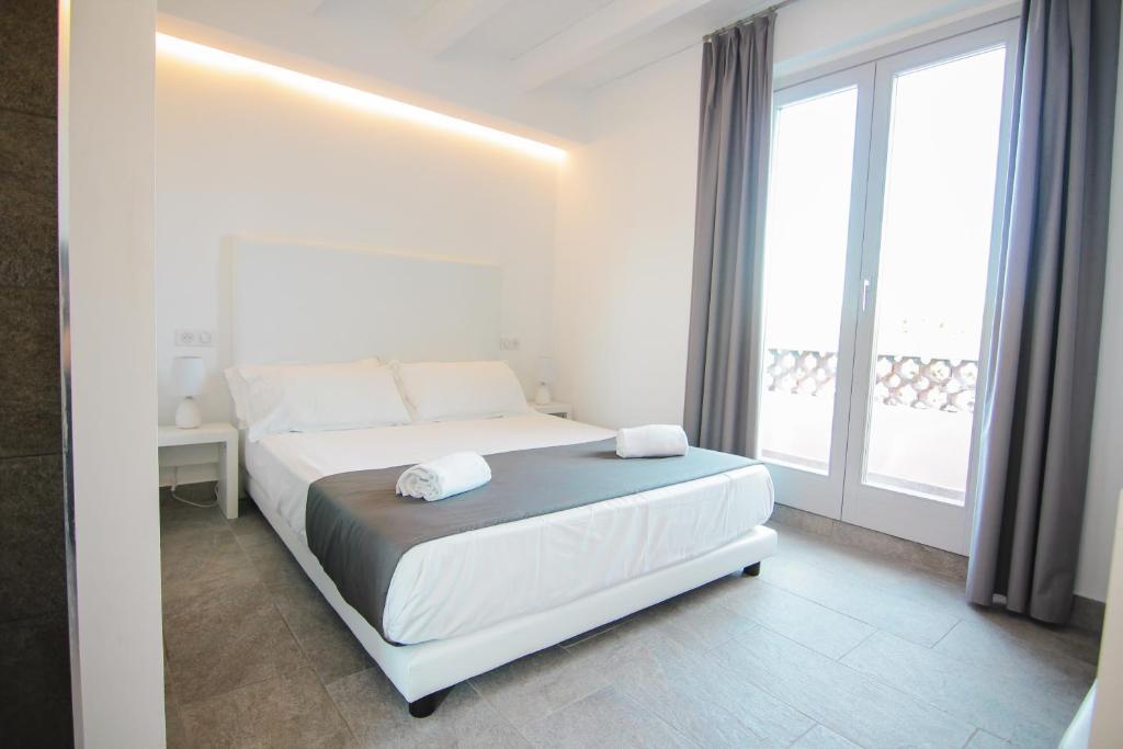 A bed or beds in a room at Maison du Port 42