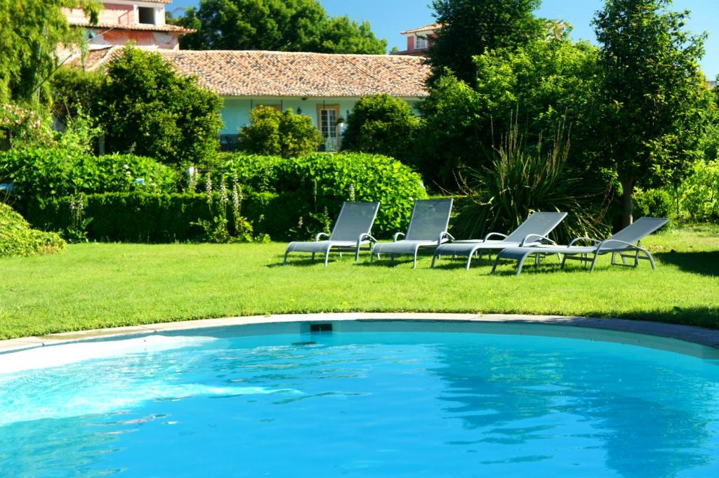 The swimming pool at or near Casa de Sezim