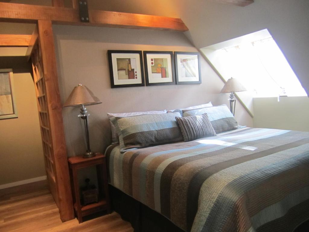 A bed or beds in a room at Malaspina Bed and Breakfast