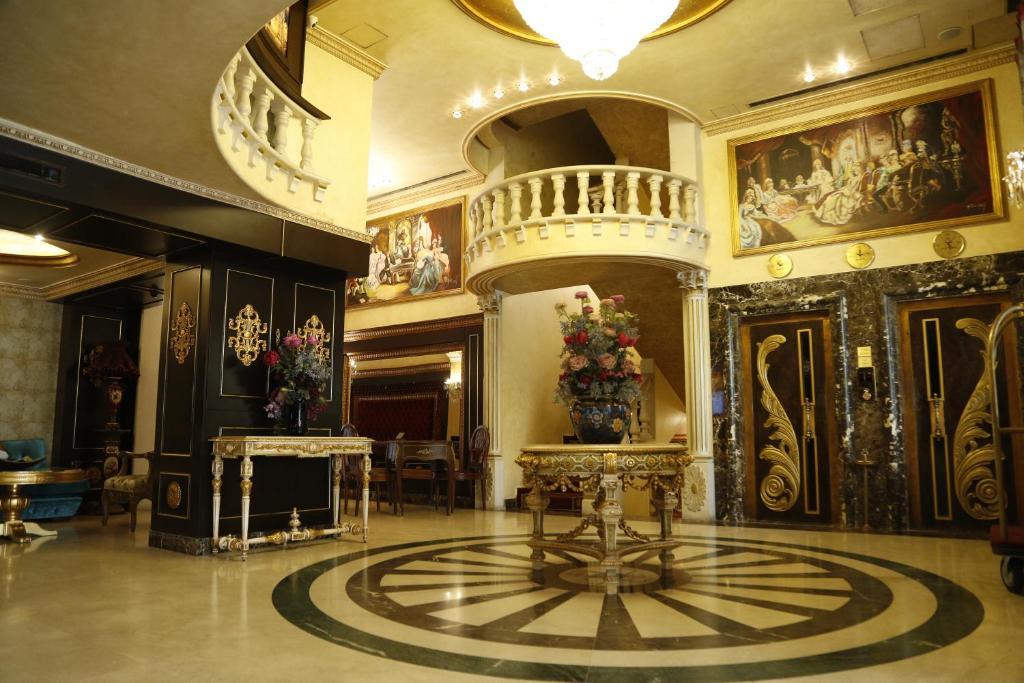 O saguão ou recepção de Queens Suite Hotel