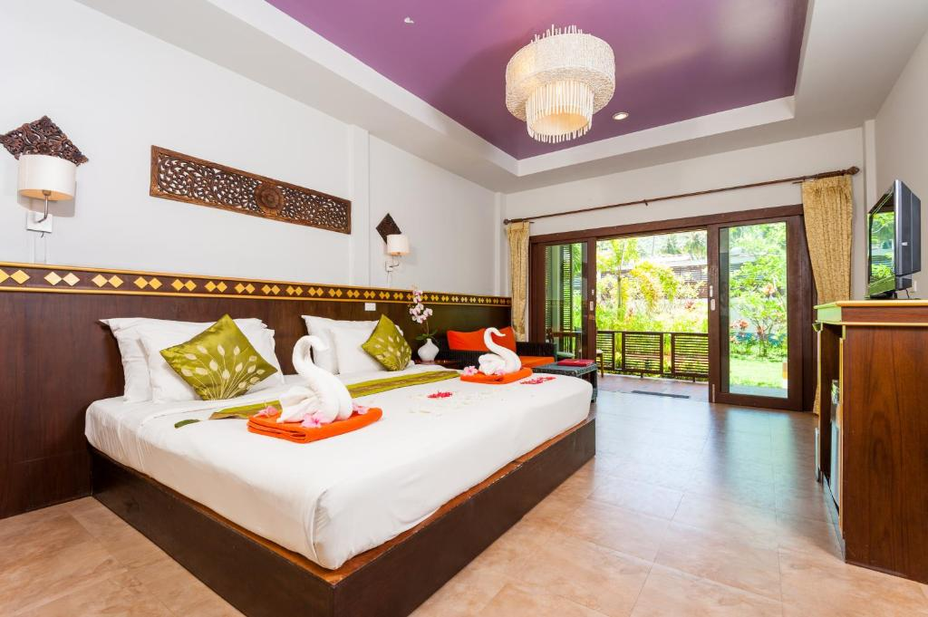 A bed or beds in a room at Simple Life Resort Koh Tao