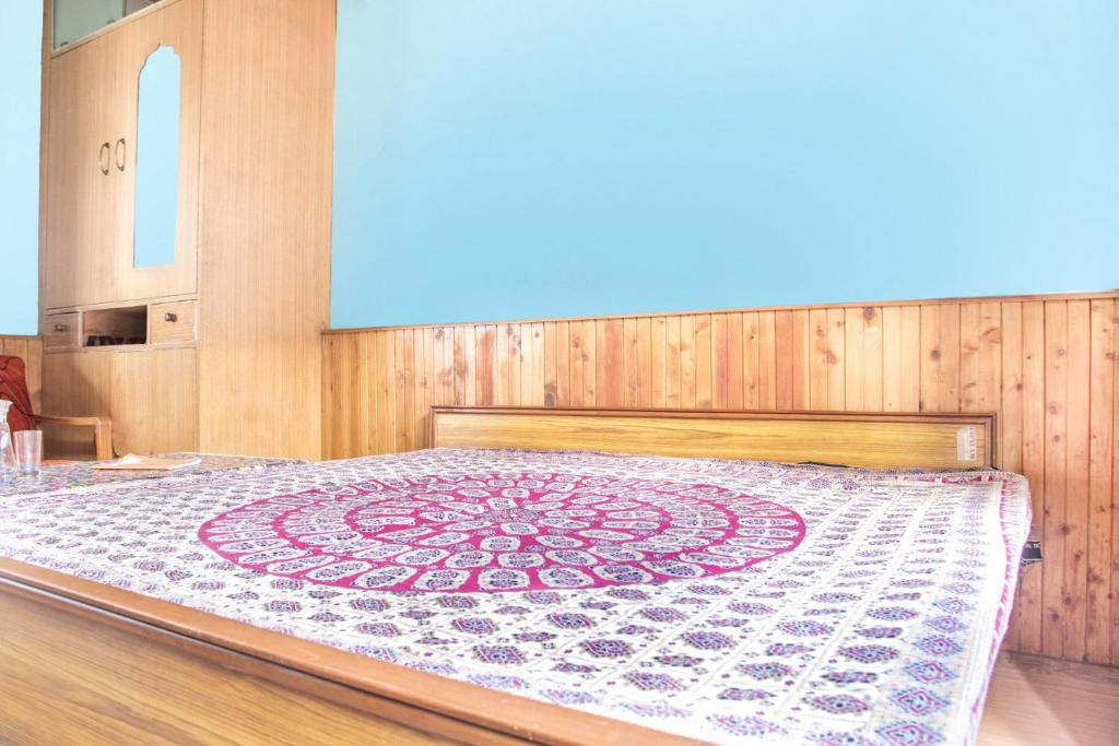 A bed or beds in a room at Room in a homestay on Naggar Road, by GuestHouser 2484
