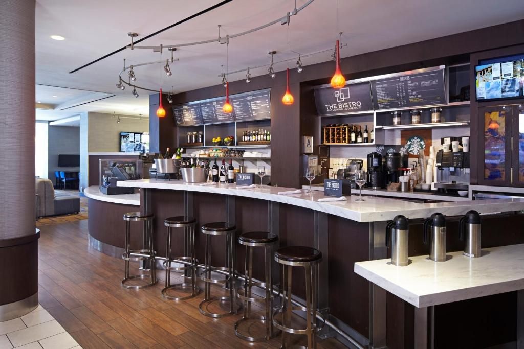 The lounge or bar area at Courtyard by Marriott Los Angeles LAX / Century Boulevard