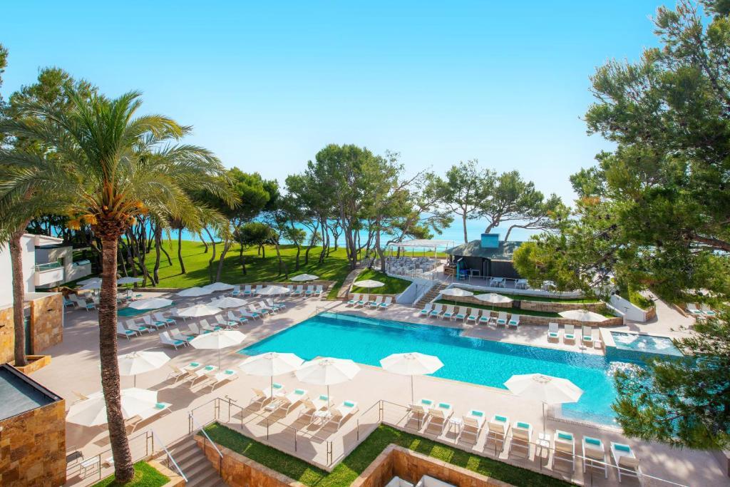 Uitzicht op het zwembad bij Iberostar Selection Playa de Muro Village of in de buurt