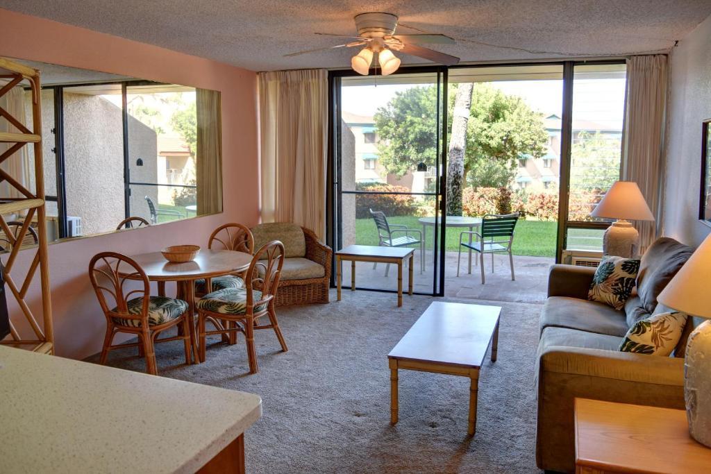 A seating area at Maui Vista 3105