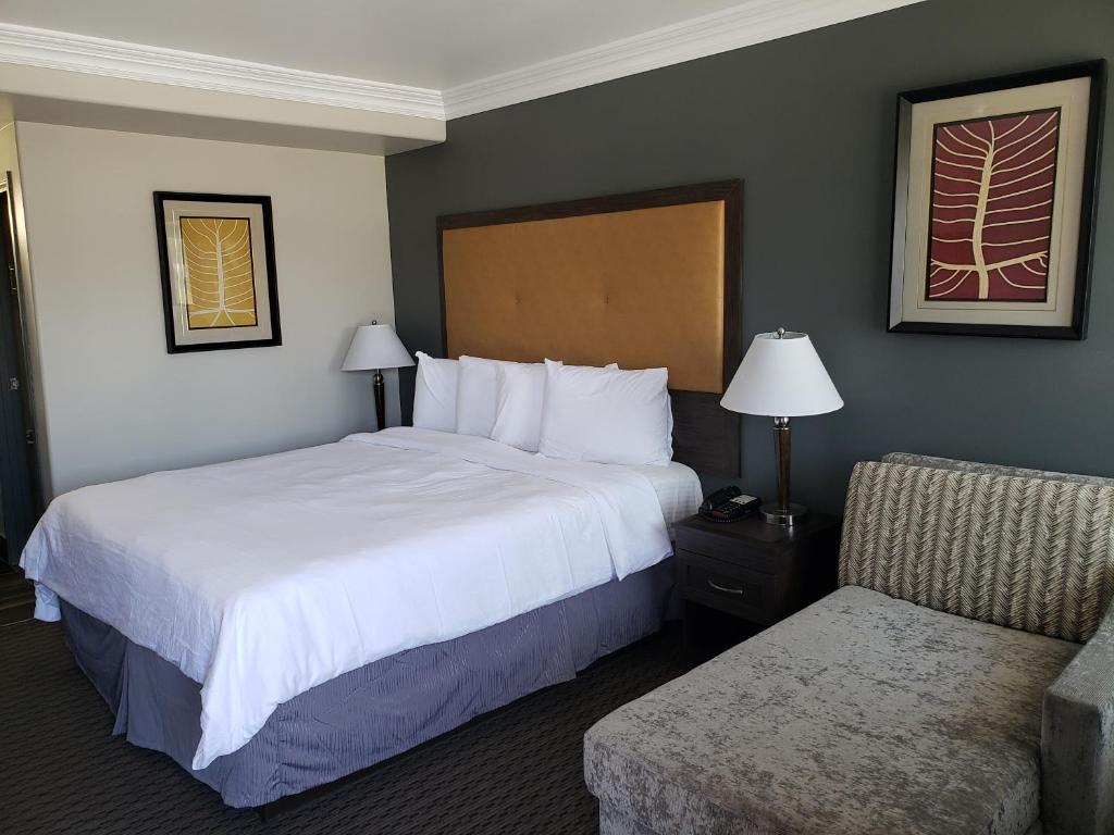 A bed or beds in a room at Portofino Inn Burbank
