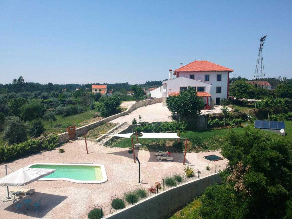 A view of the pool at Quinta Quatro Ventos or nearby