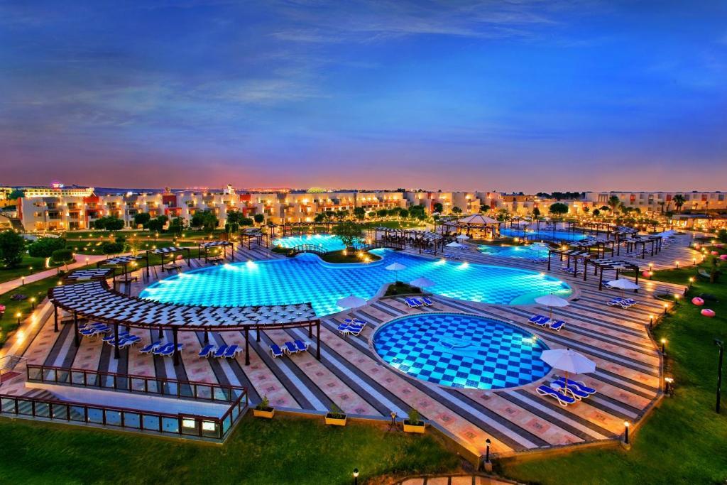 Вид на басейн у Sunrise Crystal Bay Resort або поблизу