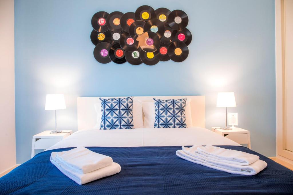A bed or beds in a room at Vinyl Flat Bed & Breakfast